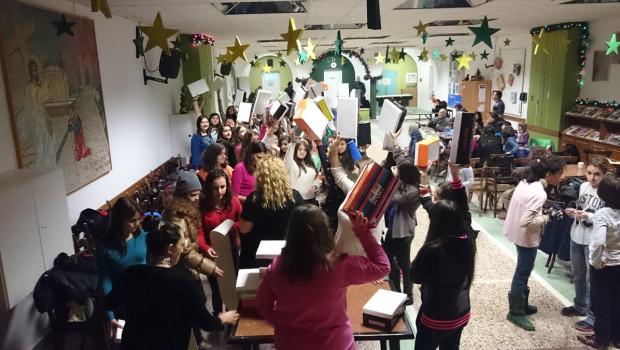 Τα παιδιά στην Κατακόμβη ετοιμάζουν στολίδια για τα Χριστούγεννα…
