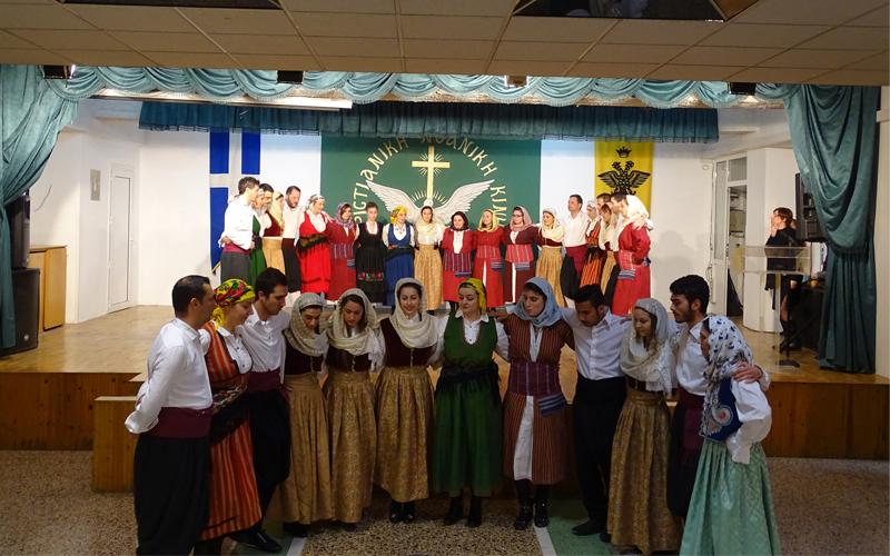 Το χορευτικό τμήμα των δασκάλων του Λαογραφικού χορεύει νησιώτικα…