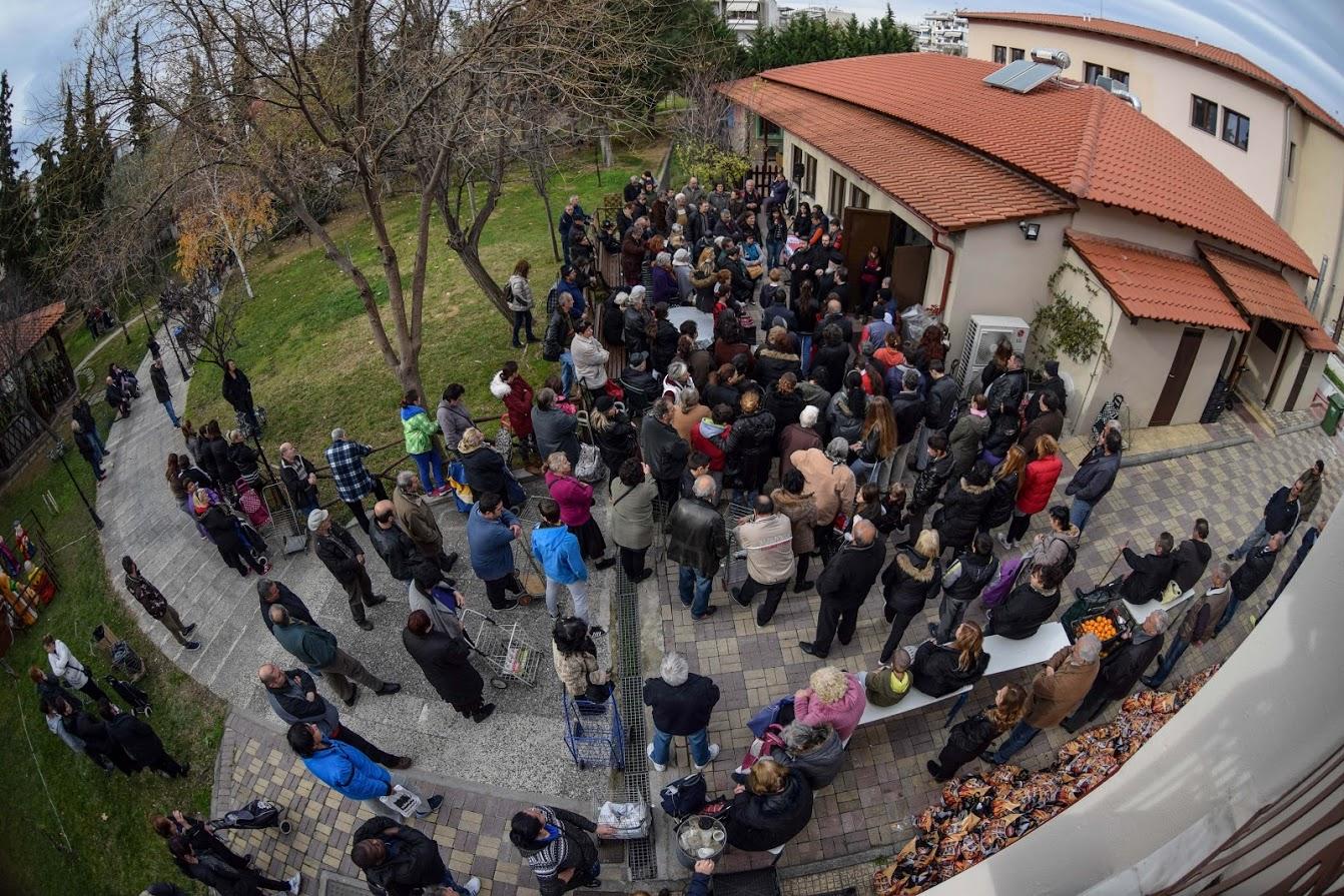 Ο Σεβασμιώτατος στη διανομή δεμάτων στον Αγ. Αθανάσιο